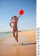 Купить «Девочка с мячиком прыгает на пляже», фото № 1514676, снято 15 февраля 2010 г. (c) Ольга Сапегина / Фотобанк Лори