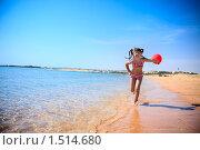 Купить «Девочка с мячом бежит по пляжу», фото № 1514680, снято 15 февраля 2010 г. (c) Ольга Сапегина / Фотобанк Лори