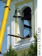 Кран устанавливает колокол в звонницу (2009 год). Редакционное фото, фотограф Евгений Мидаков / Фотобанк Лори