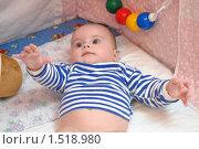 Купить «Ребенок в кроватке тянется руками», эксклюзивное фото № 1518980, снято 5 января 2010 г. (c) Вячеслав Палес / Фотобанк Лори