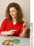 Купить «Девушка выбирающая семена для посадки», фото № 1522388, снято 14 февраля 2010 г. (c) Дмитрий Яковлев / Фотобанк Лори