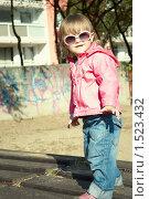 Купить «Маленькая девочка в солнцезащитных очках», фото № 1523432, снято 26 сентября 2009 г. (c) Olha Ukhal / Фотобанк Лори