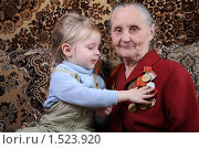 Ветеран труда с правнучкой. Стоковое фото, фотограф Ирина Золина / Фотобанк Лори