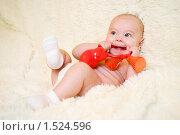 Ребенок с погремушкой. Стоковое фото, фотограф Калинина Алиса / Фотобанк Лори