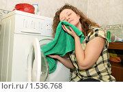 Купить «Девушка, достающая белье из стиральной машины», фото № 1536768, снято 14 февраля 2010 г. (c) Дмитрий Яковлев / Фотобанк Лори
