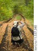 Купить «Дорога в лесу и фотограф», фото № 1537340, снято 6 октября 2008 г. (c) Королевский Василий Федорович / Фотобанк Лори