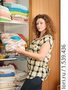 Купить «Девушка, достающая постельное белье из шкафа-купе», фото № 1539436, снято 14 февраля 2010 г. (c) Дмитрий Яковлев / Фотобанк Лори