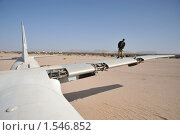 Купить «Полицейский на крыле самолёта АН -12», фото № 1546852, снято 10 января 2010 г. (c) Free Wind / Фотобанк Лори