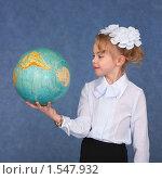 Купить «Маленькая школьница держит глобус», фото № 1547932, снято 28 марта 2009 г. (c) pzAxe / Фотобанк Лори