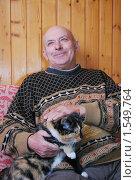 Купить «Довольный дедушка гладит кошку», фото № 1549764, снято 7 марта 2010 г. (c) Глазков Владимир / Фотобанк Лори