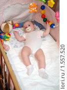 Купить «Ребенок с соской в детской кроватке», эксклюзивное фото № 1557520, снято 5 января 2010 г. (c) Вячеслав Палес / Фотобанк Лори