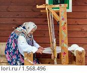 Купить «Старенькая бабушка ткёт коврик на ручном ткацком станке», фото № 1568496, снято 1 июля 2006 г. (c) Татьяна Федулова / Фотобанк Лори
