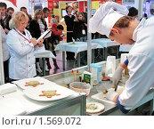 Купить «Повар-конкурсант. Фестиваль кулинарного искусства», фото № 1569072, снято 8 ноября 2006 г. (c) Иван Нестеров / Фотобанк Лори