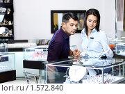 Купить «Девушка-продавец помогает мужчине выбрать ювелирные изделия», фото № 1572840, снято 26 января 2010 г. (c) Raev Denis / Фотобанк Лори
