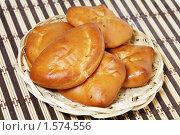 Купить «Пироги на плетеной тарелке», фото № 1574556, снято 22 марта 2010 г. (c) Наталья Волкова / Фотобанк Лори