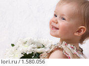 Маленькая девочка с букетом белых хризантем. Стоковое фото, фотограф Марина М. / Фотобанк Лори