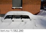 Машину завалило снегом (2010 год). Стоковое фото, фотограф Jumbo / Фотобанк Лори