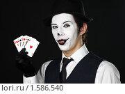 Купить «Шут держит карты и показывает язык проигравшему», фото № 1586540, снято 13 декабря 2009 г. (c) Михаил Смыслов / Фотобанк Лори