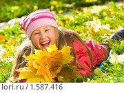 Портрет веселой девочки с осенними листьями. Стоковое фото, фотограф Игорь Губарев / Фотобанк Лори