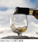 Купить «Наливание коньяка в бокал на фоне неба и гор», фото № 1587804, снято 26 марта 2010 г. (c) Семин Илья / Фотобанк Лори