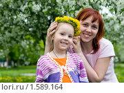 Купить «Мама надевает дочке на голову венок», фото № 1589164, снято 30 мая 2009 г. (c) Дмитрий Ковязин / Фотобанк Лори