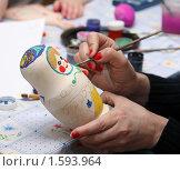Купить «Человек расписывает матрёшку», фото № 1593964, снято 29 марта 2010 г. (c) Сергей Лаврентьев / Фотобанк Лори