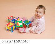 Счастливый малыш с кубиками (2010 год). Редакционное фото, фотограф Сергей Матвеев / Фотобанк Лори