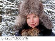 Молодая женщина кутается в меховой воротник на морозе. Стоковое фото, фотограф Сергей Флоренцев / Фотобанк Лори