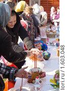 Освящение куличей (2010 год). Редакционное фото, фотограф Бондаренко Олеся / Фотобанк Лори
