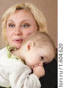 Купить «Мать и годовалый ребёнок на плече сосет палец», фото № 1604620, снято 26 марта 2010 г. (c) Федор Королевский / Фотобанк Лори