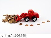 Красный трактор сгребает монеты. Стоковое фото, фотограф Александр Евсюков / Фотобанк Лори