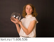 Купить «Привлекательная девушка в белом платье держит в руках стеклянный аквариум», фото № 1606536, снято 25 марта 2010 г. (c) Олег Тыщенко / Фотобанк Лори