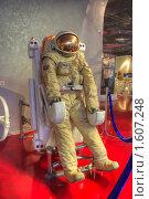 Купить «Космонавт работает в открытом космосе модуль перемещения», фото № 1607248, снято 27 марта 2010 г. (c) Вадим Закревский / Фотобанк Лори