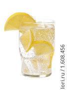 Стакан лимонада на белом фоне. Стоковое фото, фотограф Денис Ларкин / Фотобанк Лори