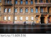 Купить «Санкт-Петербург. Пара, едущая утром на велосипедах», эксклюзивное фото № 1609516, снято 13 июня 2009 г. (c) Ольга Визави / Фотобанк Лори
