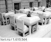 Заснеженные столики кафе. Стоковое фото, фотограф sfsfs / Фотобанк Лори