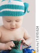 Младенец пытается развязать ботинок. Стоковое фото, фотограф Вдовенко Галина / Фотобанк Лори