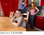 Купить «Ребенок грустит из-за ссоры родителей», фото № 1614008, снято 27 марта 2010 г. (c) Гладских Татьяна / Фотобанк Лори
