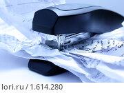 Степлер и смятый лист. Стоковое фото, фотограф Елена Гришина / Фотобанк Лори