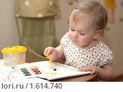 Маленькая девочка рисует красками. Стоковое фото, фотограф Марина М. / Фотобанк Лори