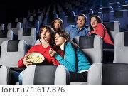 Компания молодых людей в кино. Стоковое фото, фотограф Raev Denis / Фотобанк Лори
