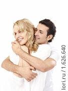 Купить «Счастливая влюблённая пара, изолированно на белом фоне», фото № 1626640, снято 28 февраля 2010 г. (c) Raev Denis / Фотобанк Лори
