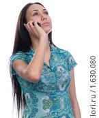 Девушка с длинными волосами на белом фоне разговаривает по телефону. Стоковое фото, фотограф Анна Мартынова / Фотобанк Лори