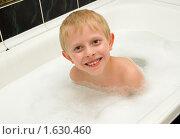 Купить «Мальчик купается в ванной с пеной», фото № 1630460, снято 19 октября 2018 г. (c) Типляшина Евгения / Фотобанк Лори