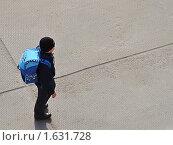 Купить «Мальчик с большим рюкзаком за спиной стоит на бетонных плитах», фото № 1631728, снято 12 апреля 2010 г. (c) Алексей Рогожа / Фотобанк Лори