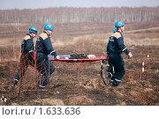 Купить «Спасатели эвакуируют раненого», фото № 1633636, снято 16 апреля 2010 г. (c) Андрей Ярцев / Фотобанк Лори
