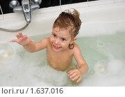 Купить «Девочка купается в ванне», фото № 1637016, снято 17 апреля 2010 г. (c) Типляшина Евгения / Фотобанк Лори