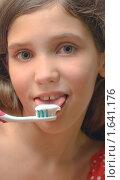 Купить «Девочка с зубной щеткой и пастой», фото № 1641176, снято 23 октября 2019 г. (c) Яна Гуляновская / Фотобанк Лори