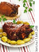 Купить «Рулька свиная отварная с луковой шелухой с молодой картошкой», эксклюзивное фото № 1641248, снято 19 апреля 2010 г. (c) Лисовская Наталья / Фотобанк Лори