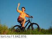 Купить «Девушка машет рукой, сидя на велосипеде», фото № 1642816, снято 26 августа 2009 г. (c) Losevsky Pavel / Фотобанк Лори